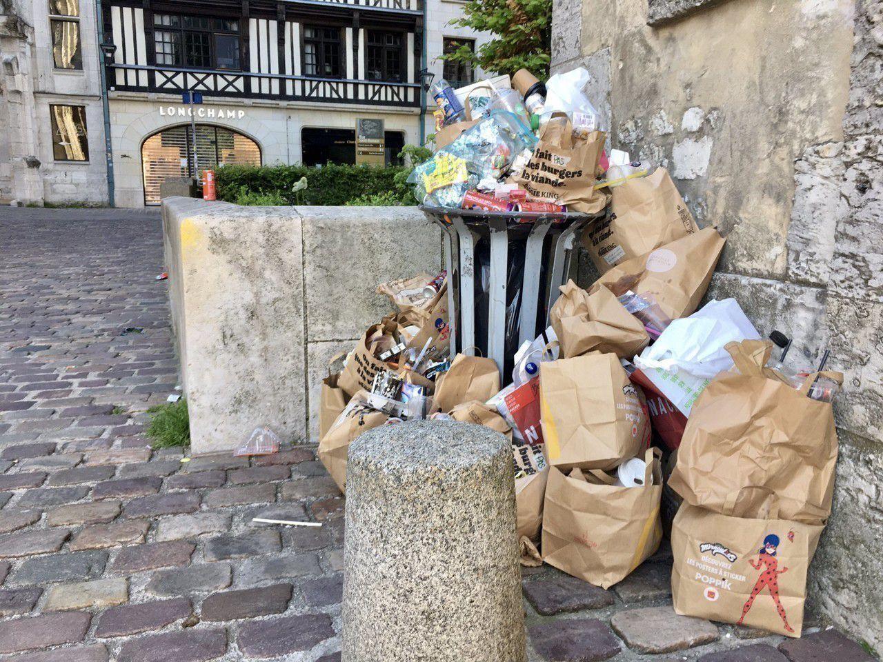 Les premiers de corvée en grève à Rouen.  Conséquence de la loi de transformation de la Fonction publique, la mairie de gauche veut leur retirer une semaine de congés ... Photo actu.76