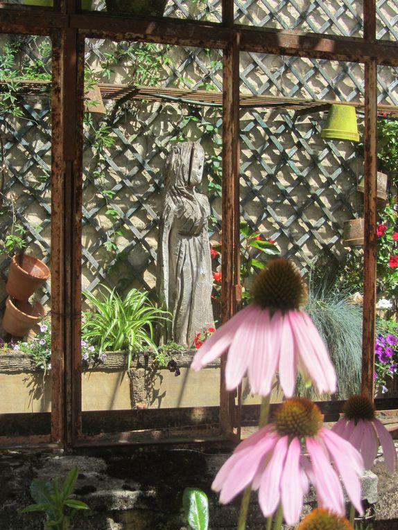 Vous savez que j'aime les jardins....voici celui du syndicat d'initiative de la Ferté Bernard. Sa serre qui a perdu ses vitres conserve pourtant tout son charme.