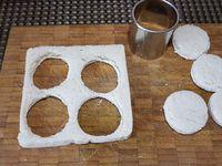 2 - Placer le fromage type St Môret dans un bol. Ciseler finement le persil, l'ajouter au fromage. Assaisonner avec le paprika doux, le sel et le poivre et bien mélanger le tout. Découper à l'emporte-pièce de petits disques dans les tranches de pain de mie. Les disposer sur une plaque allant au four recouverte de papier alu, et les passer au grill du four 2 à 3 mn pour les dorer. Laisser refroidir. Pendant ce temps, placer la préparation au fromage dans une poche à douille. En disposer une noisette sur les disques de pain grillé, placer les roulés de carottes dessus à la verticale, déposer sur le haut de chaque bouchée une noix de fromage aux herbes/épices à la poche à douille et terminer par une baie rose en décoration. Pour plus de gourmandise, vous pouvez également tartiner légèrement l'intérieur des bandes de carottes de préparation au fromage avant de les enrouler (en prévoir un peu plus dans ce cas). Disposer les roulés sur un plateau de service et déguster à l'apéritif.