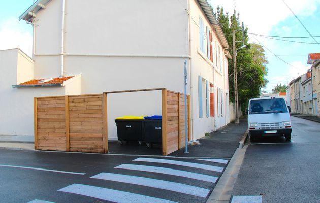 Le dépôt des poubelles attend sa porte rue Eugène Delacroix