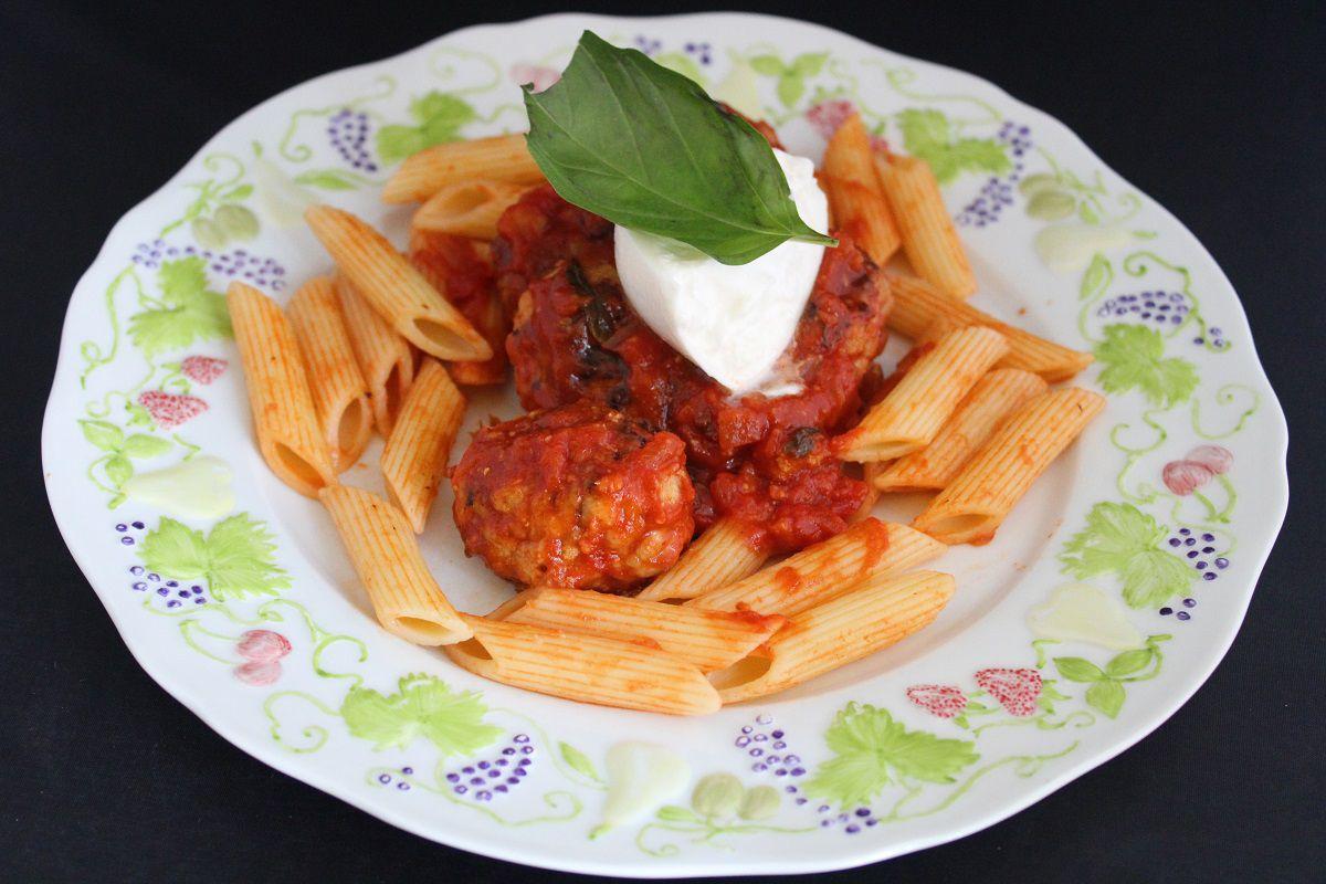 Boulettes sauce tomate basilic, penne et burrata