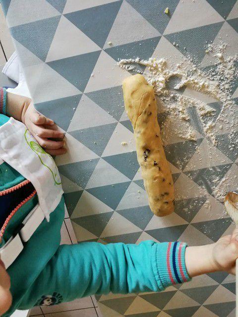 On malaxe la pâte , on forme un rouleau et on modèle des petites boules de pâte que l'on aplatit ensuite