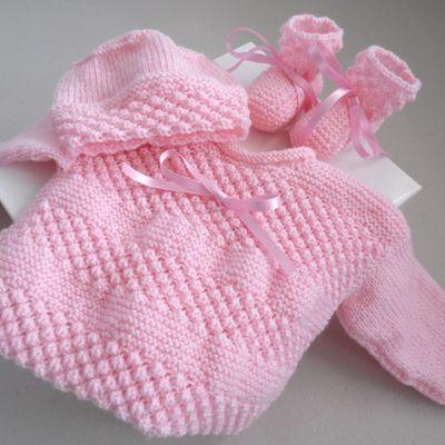 tricot bebe, brassiere rose, bonnet, chaussons, tricotes main