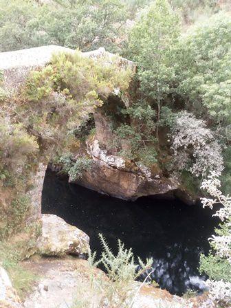 Vers le vieux pont romain et un petit en-cas galicien.