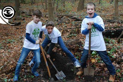 Pendant que certains étendent la déforestation à grande échelle, des enfants plantent, arbre par arbre, et ils sont des milliers maintenant !