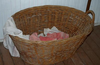 How to choose a wicker laundry basket