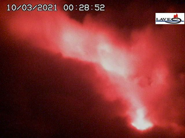 Etna SEC - Strombolian activity and lava flow in the Valle del bove on 03.10.2021 / 00:28 Etna - LAVE webcam