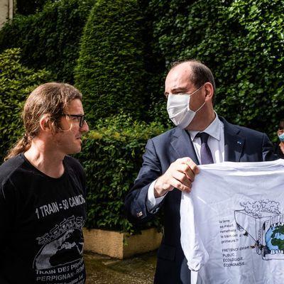 Jean Casteix, abordé par un cheminot du Train de fret alors qu'il allait voter à Prades