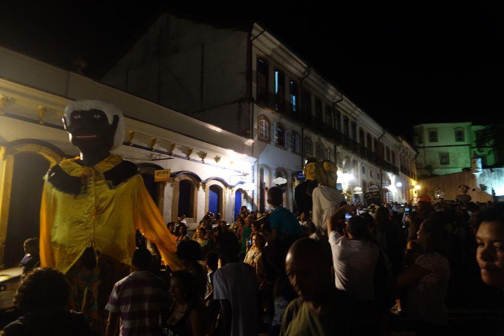 Pré-carnaval à Ouro Preto, avec une représentation de Chico Rei.