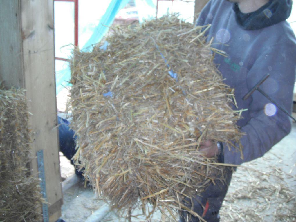 Sur son temps libre, Alain nous a fabriqué de grosses aiguilles avec des barres à bétons. Ces aiguilles nous permettrons de lier les pailles lorsque nous aurons besoin de séparer les balots en deux parties.