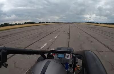 A 230 km/h... sur sa tondeuse à gazon !
