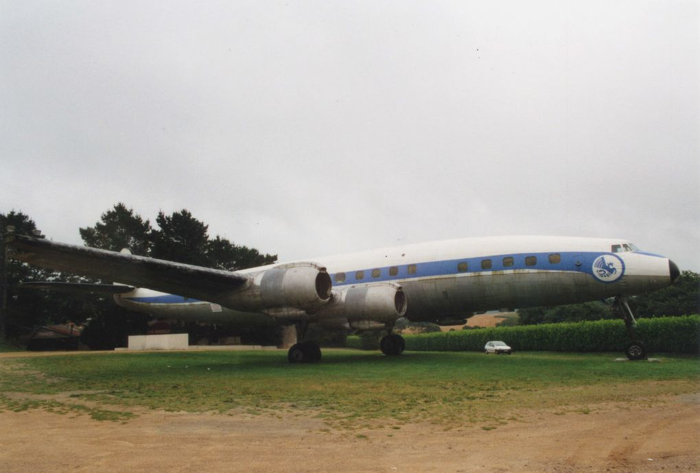 Lockheed 1049G Super Constellation F-BHBG sur un parking à Ploenis.