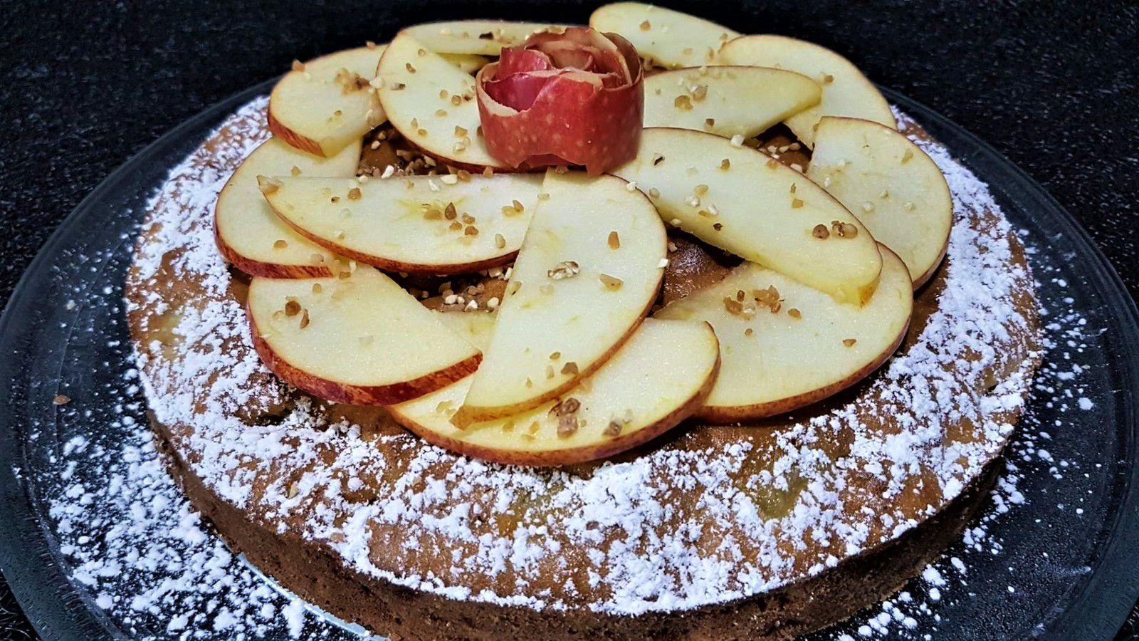 4 - Saupoudrer le gâteau de sucre glace, décorer le centre de lamelles de pommes, parsemer un peu de pralin sur le tout et terminer en déposant au centre du gâteau une pelure de pomme enroulée en forme de fleur. Déguster au goûter éventuellement avec du cidre, du poiré, un blanc pétillant ou du champagne.