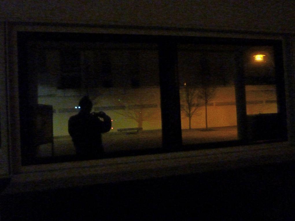 Quelques pas dans la nuit parisienne. Lumière, ombre, silence, solitude, lieux sordides, humour décalé et pourtant une certaine beauté.