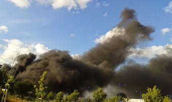 Sur cette série de clichés pris par Catherine Genet, ondistingue clairement les nuages noirs qui s''échappent de l'usine.