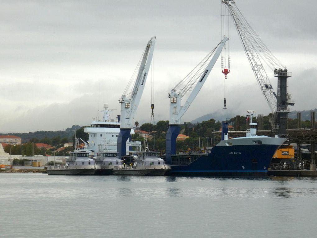 ATLANTIC , a quai au port de Toulon / Brégaillon , en cours de chargement de trois chalans multi missions (CMM) pour les bases navale de Brest et Cherbourg le 21 octobre 2019