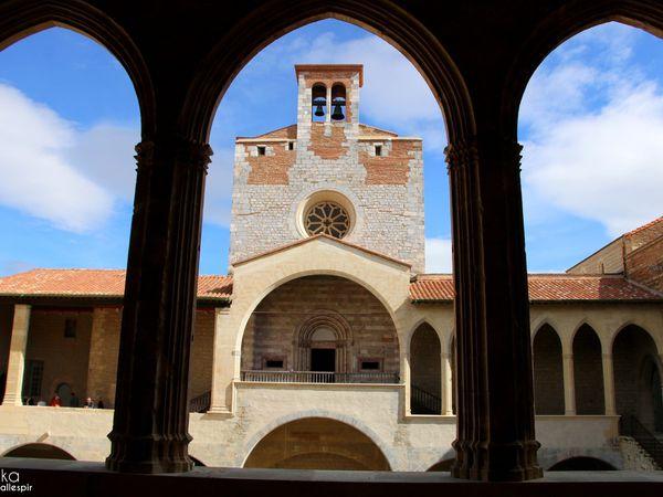 La tour de l'hommage , la façade de la chapelle basse et de la chapelle haute et de son clocher.