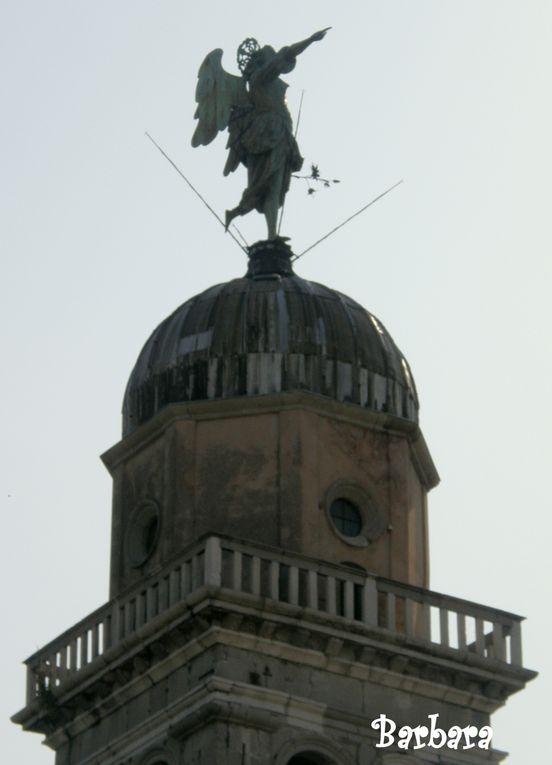 """UDINE - Angelo segnavento che dal 1777  ruota sul campanile della chiesa romanica di Santa Maria del Castello, ... le ultime cinque foto mostrano l'angelo segnavento di GRADO. Entrambi gli """"ANZOLI"""" rappresentano il simbolo della loro città."""