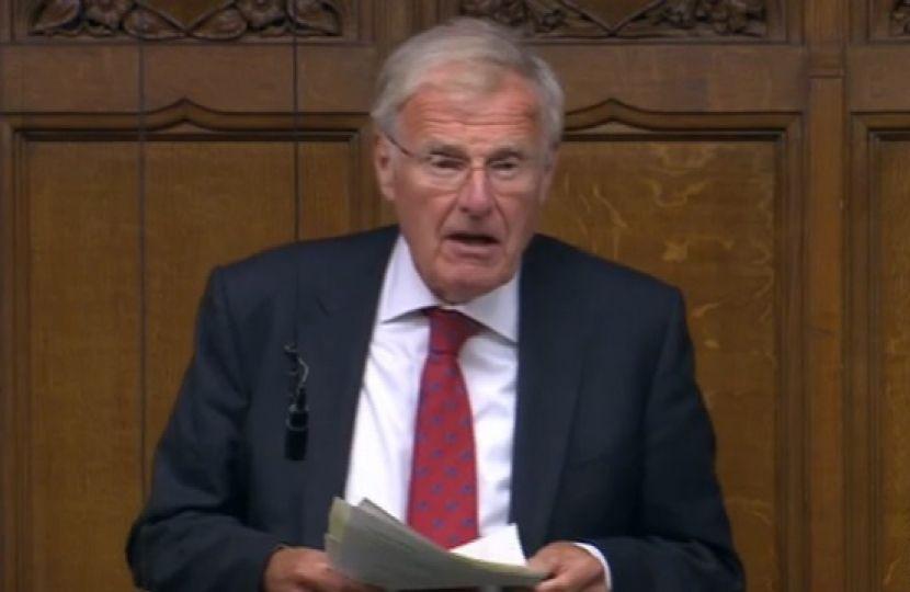 """¡Insólito en la historia de la vacunación! """"Sir Christopher Chope, miembro del Parlamento británico, detalla la lista de efectos secundarios."""