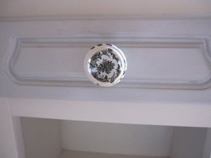 chevet en chêne blanc et tiroir gris avec joli bouton. Prix 40€