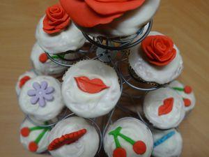 """Le Cupcake du """"Manège à Cupcakes """" du haut et central est un cupcake noix de coco,glaçage Candy Melt orné d'une grosse rose rouge en pâte à sucre rouge ."""