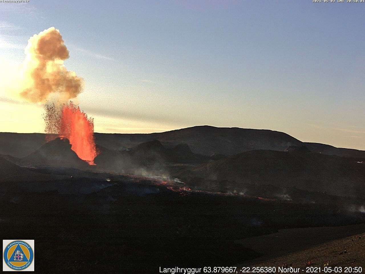 Geldingadalur - the eruptive site / vent 5 - webcam_langihryggur N on 03.05.2021, at 11:10 a.m. and 8:50 p.m. respectively.