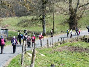 Guy invite les 16 randonneurs présents à la découverte de ce territoire aux portes de Rodez,