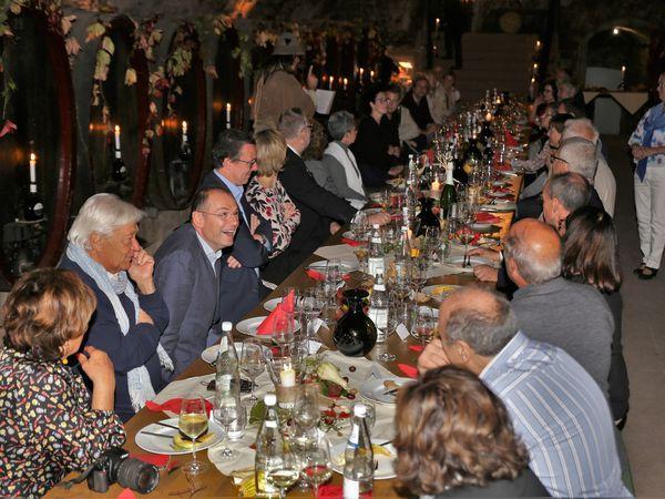 Vor dem Konzertabend gab es allerdings noch einige andere Aktivitäten. Nachdem durch die langjährige konstante Teilnahme an der Altort-Weihnacht auch der Bezug zum Verkehrs- und Gewerbeverein gegeben ist, nahm die Delegation an dessen Jubiläumsabend im historischen Weinkeller der Landesanstalt in der Herrnstraße teil. Die bei einer Verkostung dargebotenen Weine fanden große Anerkennung, zumal ja in der Toskana der Weißwein nur eine untergeordnete Rolle spielt. War es auch fast nicht übersetzbar, so war der Auftritt von Klaus Körber als Tagundnachtwächter doch auch so höchst vergnüglich und mündete in eine Verabredung für das nächste Jahr in Greve. - Fotos Gürz -