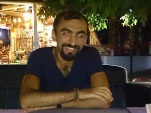 """Çagdas Aydın (au centre) était étudiant à l'Université technique du Moyen-Orient (Ankara) et militant de la cause des transsexuel(le)s. Le voici au cours d'une manifestation des """"Cumartesi Insanları"""" à Galatasaray (source http://www.kaosgl.com/sayfa.php?id=19851). La cérémonie d'obsèques alévie a été célébrée dans une cemevi de Tunceli. Son père Fethi était à ses côtés au rassemblement de Suruç et a survécu. Lors des obsèques, il a proclamé: """"""""Lors de l'explosion j'étais juste à côté de lui. Il est mort et j'aurais voulu être à sa plpace. Si c'est le prix pour construire un Kurdistan libre et socialiste, nous paierons ce prix. Nous continuons le combat. Dès l'enfance, nous avons grandi en combattant."""""""