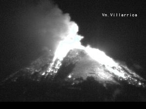 Villarica 03.03.2015 / 3:50 SERNAGEOMIN webcam, left - right, fountain of lava from Trufulco - photo Twitter Omar Morales - a click to enlarge