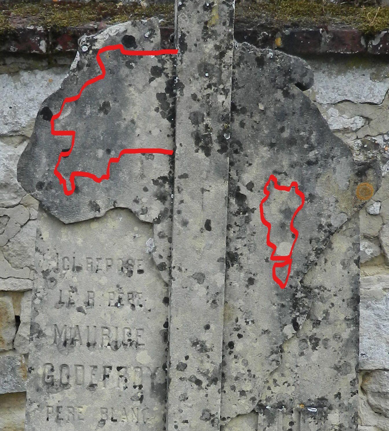 La carte de l'Afrique sur la tombe de Maurice Godefroy rappelle les missions africaines des Pères Blancs.
