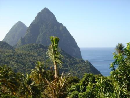 Découverte de Sainte-Lucie,entre pluie et soleil. Ses deux Pitons emblématiques.  Son volcan effondré.  Son habitat.