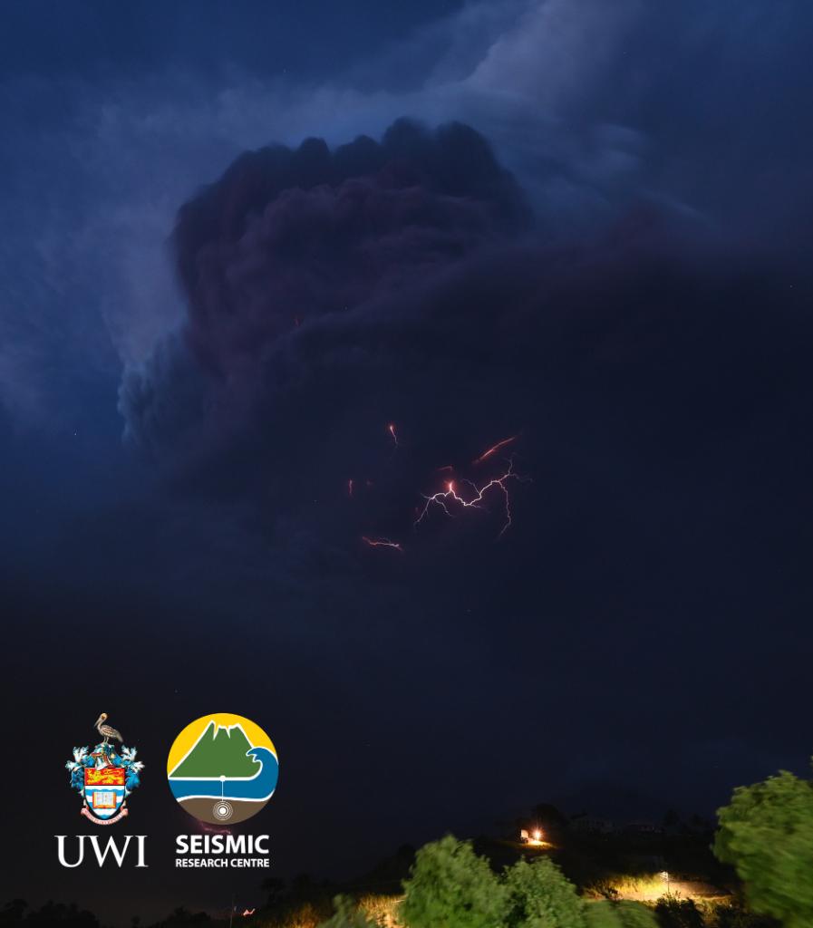 Soufrière de St. Vincent - des éclairs zèbrent le panache de cendres - photo 09.04.2021 / UWI-SRC