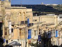 Pour ceux qui aiment fouiller et ont eu une approche plus sympathique de Victoria que moi, la vieille ville vaut le détour; les ruelles sont aussi belles que des branches au printemps, les oriels pleins de beauté et d'orgueil, les portes chargées d'histoire et maquillées de heurtoirs lourds et coquets. On m'avait dit qu'à Gozo toutes les portes restaient ouvertes, mais là j'ai du assister à un changement de mentalité car tout était fermé .....