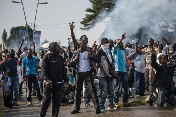 Post anonco pri la reelekto de Ali Bongo, la defendantoj de la kontraŭulo Jean Ping manifestacias sur la stratoj de Libreville. Photo Marco Longari. AF