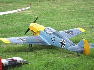 Les seuls, les voici. Montage d'un P-51 Mustang et son ennemi le Messerschmitt 109.