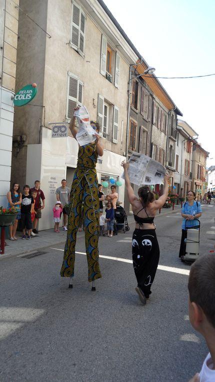 Promenade acrobatique. Odessa improvise avec les objets.