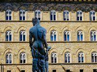 Tous ces petits détails qui agrémentent une ville et la rendent sympathique....circonstances ou particularité, ils sont tous soigneusement cachés et discrets mais sont fiers dès lors qu'on les remarque....Un clin d'oeil à la Piazza della Signoria, la plus belle et la plus animée place de Florence...