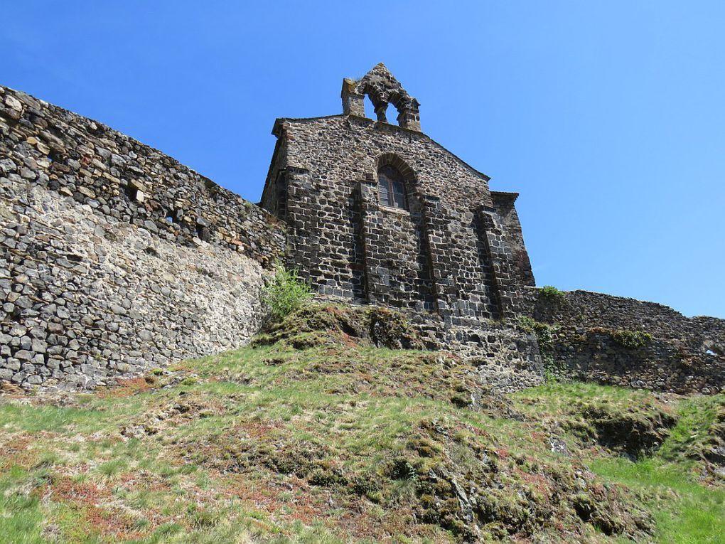 Site visible bien avant d'y arriver avec sa forteresse qui s'élève comme une sentinelle gardant le passage vers la haute vallée