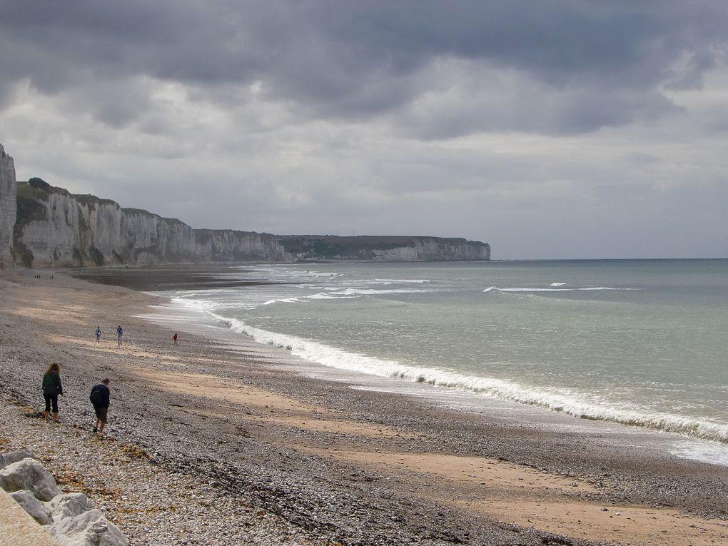 Ce n'est pas le pays qui m'a donné le jour, mais c'est plutôt joli: Yport d'abord ( 4 premières dias ) et puis Fécamp, entre les jetées. La Normandie, tout en couleurs, c'est pas gris du tout.