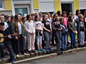 La chorale et la remise symbolique de la somme récoltée par les jeunes