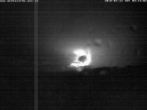 Ambae - Night glow on 22.03.2018 / 4.15am and plume of 25.03.2018 / 5.30pm - VGO webcam - one click to enlarge