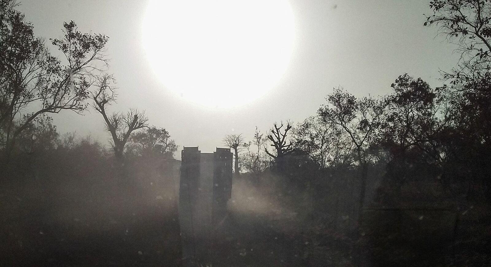 Soleil et poussière rendent parfois la conduite aléatoire (Vers Kidira - Sénégal)