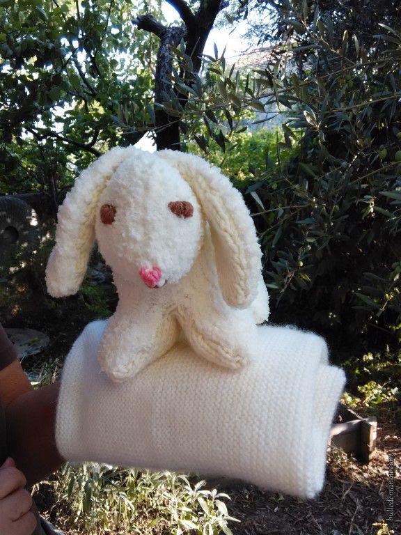 Un doudou lapin et une couverture assortie