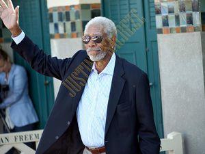 Morgan Freeman salut son public et adresse un regard à mon objectif.