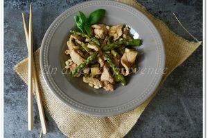Wok de poulet aux asperges vertes et pignons