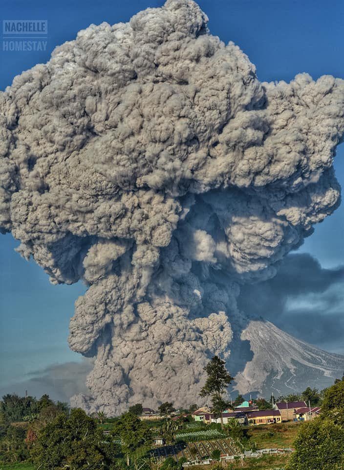 Sinabung - le panache de cendres masque en partie le volcan - photo 02.03.2021 / Nachelle Homestay