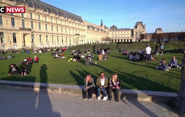 Malgré le passage au stade 3 de l'épidémie, des Parisiens continuent de sortir