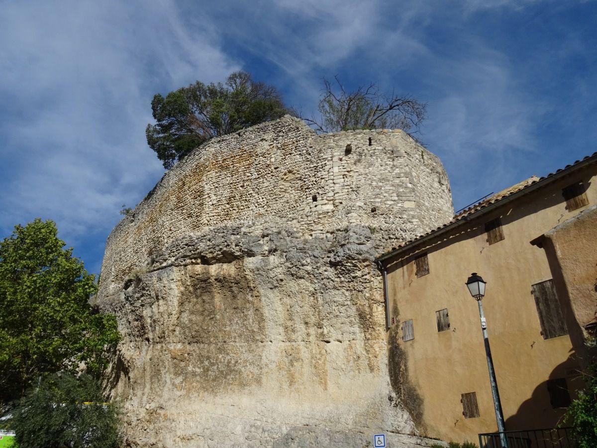 Village du Luberon chargé d'histoire