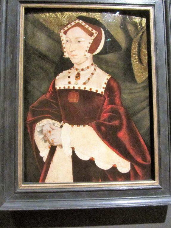 Se succédèrent alors dans le lit royal .... Anne Boleyn (mariée 3 ans) Jeanne Seymour (mariée seize mois) Anne de Clèves (mariée six mois) Catherine Howard (mariée un an et sept mois) Catherine Parr (mariée trois ans et six mois) . IL n'a pas usurpé son surnom de Barbe bleue, l'inssatiable Henri VIII !